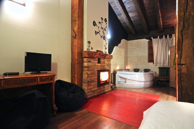Suite con jacuzzi y chimenea casa senderuela for Casa rural 4 habitaciones